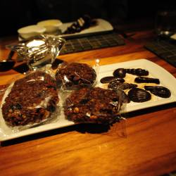 Amy's travel gallery... | Vancouver | YEW レストラン&バー at Four Seasons | サービスでいただいたCookies and Chocolate